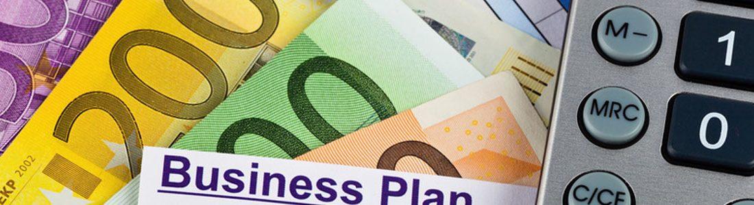 Ein Business Plan zur Gründung eines Unternehmens. Ideen und Strategien zur Unternehmensgründung. Eurogeldscheine und Taschenrechner
